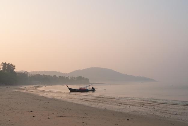 Fond de nature du littoral de vague de plage de bord de mer, de brouillard, de brouillard et de surface de l'eau de lumière du soleil pour le concept de paysage de mode de vie de relaxation de vacances