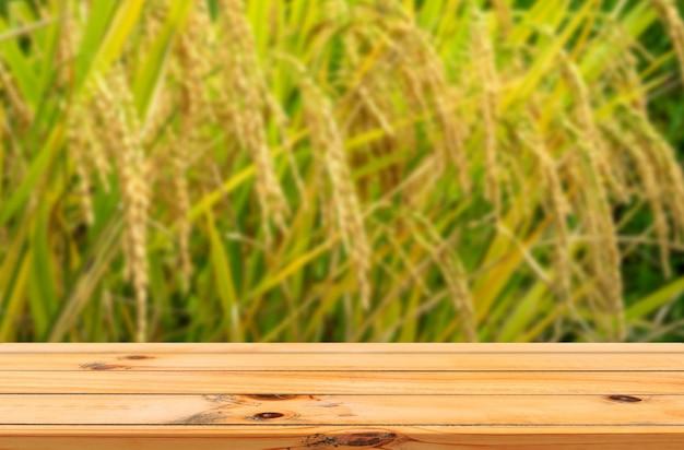 Fond de nature de ferme de riz vert avec affichage de produits de table en bois