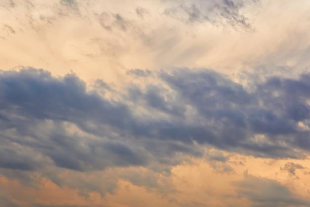 Fond naturel - ciel du soir orageux