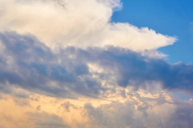 Fond naturel - formant des cumulonimbus contre un ciel du matin