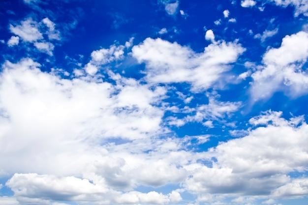 Fond naturel. nuages blancs sur ciel bleu