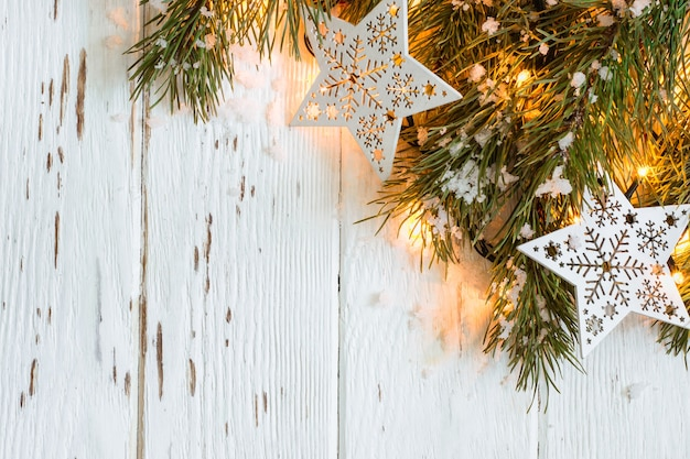 Fond de neige de noël. branches de sapin avec guirlande en feu.