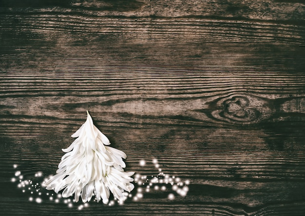 Fond de noël avec arbre de noël de pétale blanc sur rusti