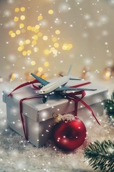 Fond de noël avec avion. nouvelle année. mise au point sélective. vacance.