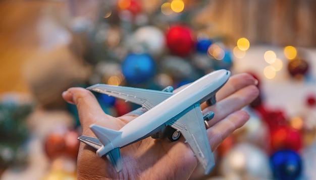 Fond de noël avec avion. voyages. nature de mise au point sélective