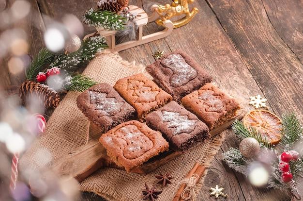 Fond de noël, biscuits de pain d'épice de cuisson de fête sur le fond en bois