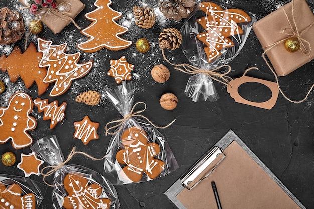 Fond de noël avec des biscuits de pain d'épice et des feuilles d'artisanat d'espace de copie de papier
