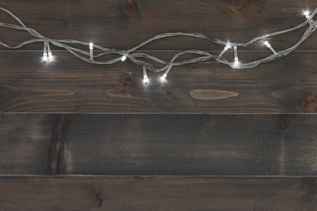 Fond de noël - bois de planches vintage avec lumières noël et espace de texte libre