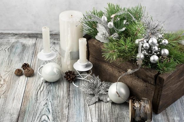 Fond de noël avec des bougies et des branches de pin