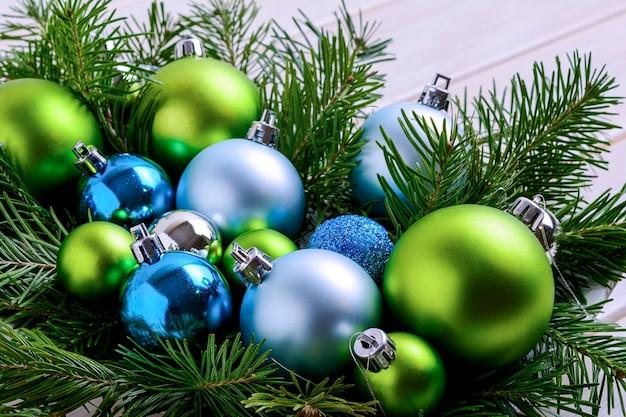Fond de noël avec des boules bleues et vertes