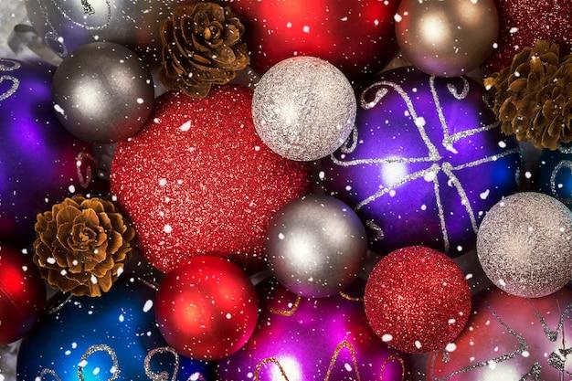 Fond de noël avec les boules et les flocons de neige