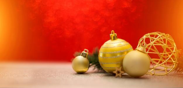 Fond de noël avec des boules de noël, des cadeaux et de la décoration