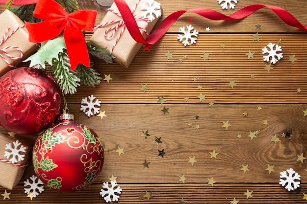 Fond de noël avec des boules rouges, des décorations, des branches de sapin.