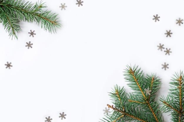 Fond de noël avec branche de sapin et flocons de neige