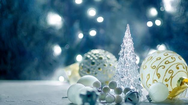 Fond de noël avec des branches de sapin, cadeaux, jouets de noël