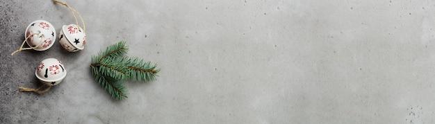 Fond de noël avec des branches de sapin et des cônes sur une vieille table de fond en béton clair. mise au point sélective. vue de dessus avec espace de copie.