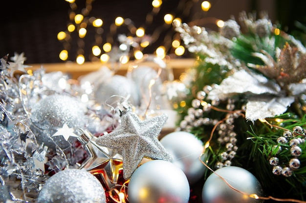 Fond de noël. branches de sapin, décor de noël, cônes, boules rouges et argentées, perles rouges