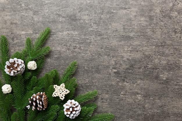 Fond de noël avec des branches de sapin et décor de noël. vue de dessus, copiez l'espace pour le texte