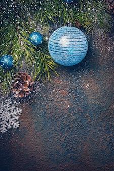 Fond de noël avec des branches de sapin naturel et des boules bleues
