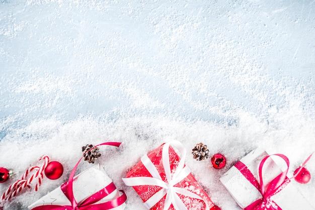 Fond de noël avec des cadeaux et de la neige artificielle