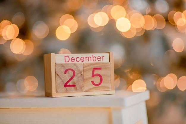 Fond de noël avec calendrier de bloc en bois avec la date du 25 décembre