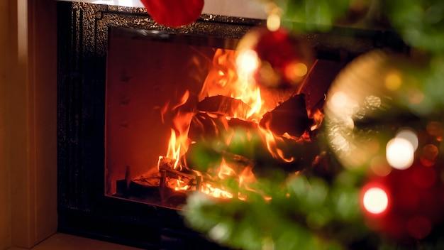 Fond de noël de cheminée brûlante et arbre de noël décoré à la maison