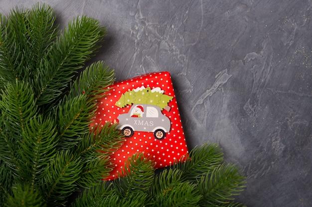 Fond de noël. coffret cadeau, sapin, voiture jouet en bois avec père noël et texte de noël. concept. mise à plat, copie espace