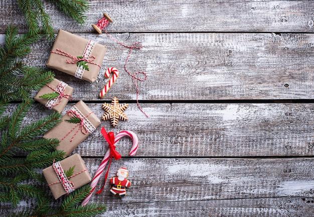 Fond de noël avec des coffrets cadeaux et des biscuits de pain d'épice. vue de dessus