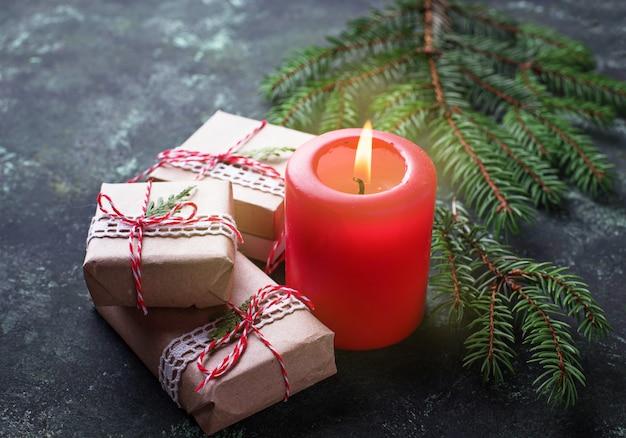 Fond de noël avec des coffrets cadeaux et bougies. vue de dessus