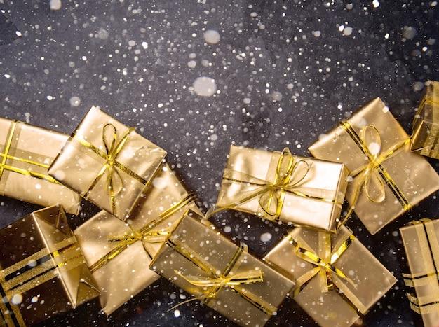 Fond de noël avec des coffrets cadeaux dorés