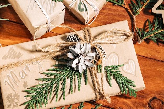 Fond de noël avec des coffrets cadeaux faits à la main