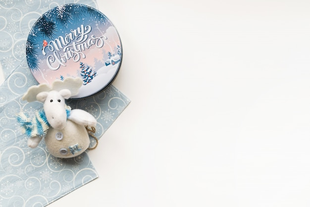 Fond de noël avec composition décorative de boîte de noël, jouet orignal et serviette bleu clair. bonne année.