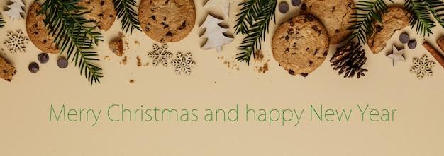 Fond de noël avec des cookies aux pépites de chocolat et des décorations en bois