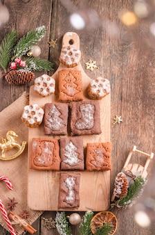 Fond de noël, cuisson des biscuits au pain d'épice sur fond de bois