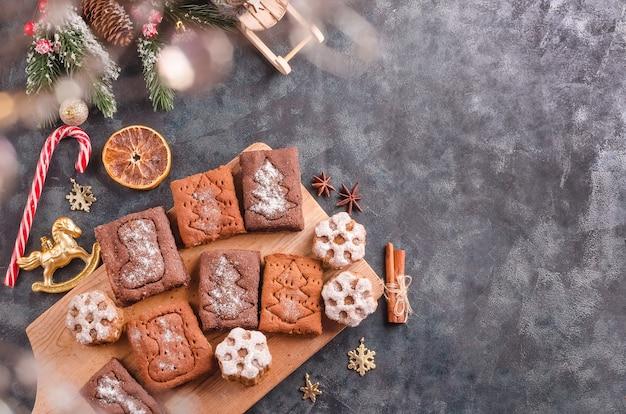 Fond de noël, cuisson des biscuits au pain d'épice sur fond noir avec espace de copie