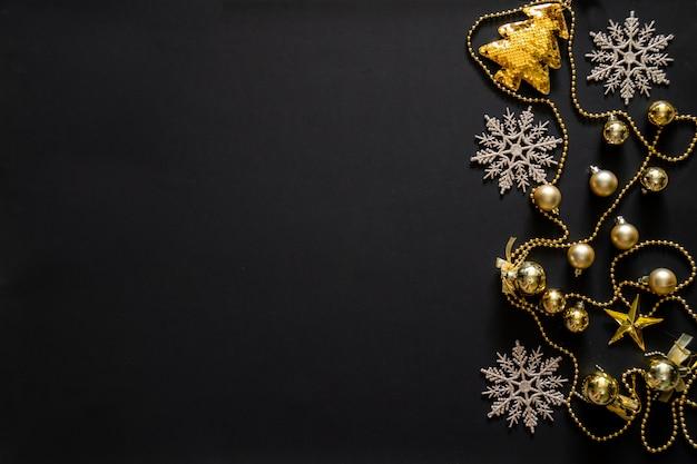 Fond de noël avec décoration, arbre d'or, flocon de neige, bulles et étoiles