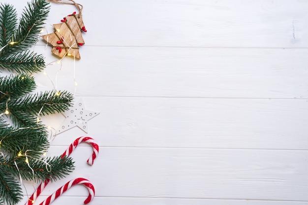 Fond de noël et décoration avec confettis de branches de sapin et lumière de noël