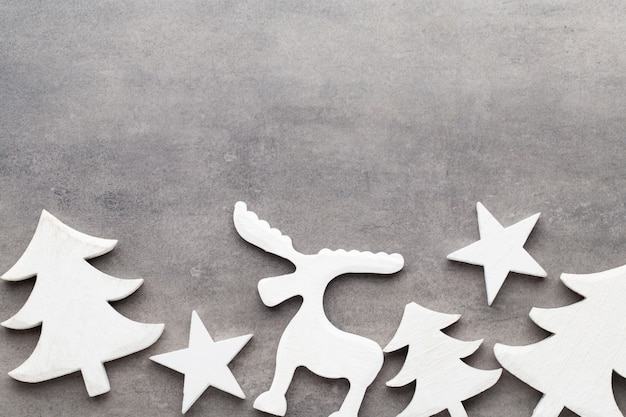 Fond de noël. décorations d'arbre blanc sur une table grise. cerf. épicéa. étoile. ange.