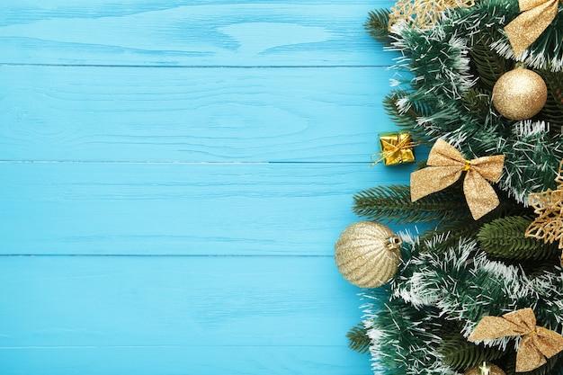 Fond de noël avec décorations et coffret cadeau sur planche de bois bleue. vue de dessus.