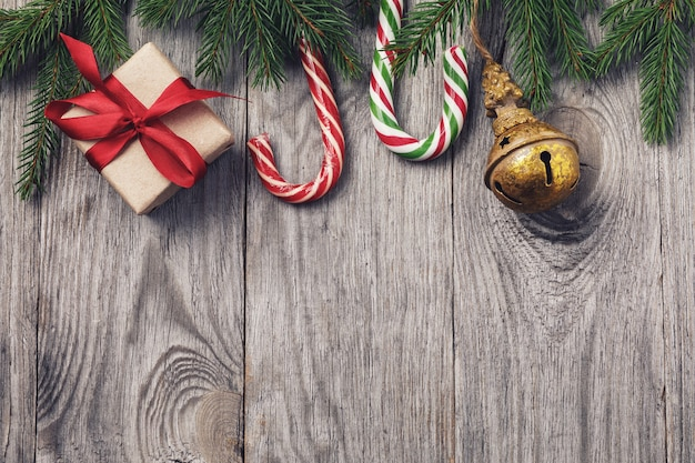 Fond de noël avec décorations et coffret cadeau sur table en bois