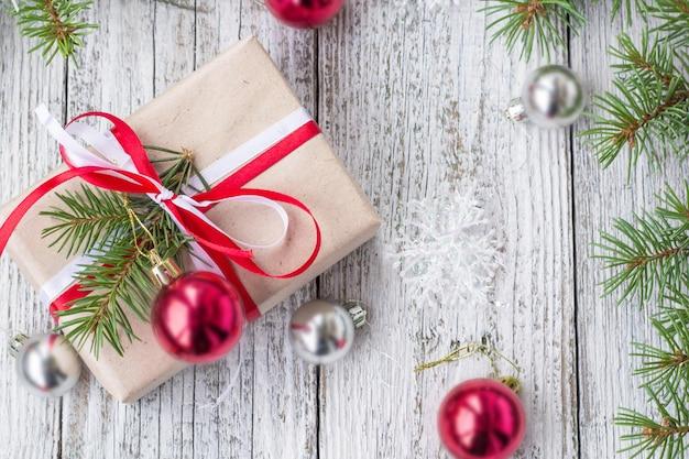 Fond de noël avec des décorations et des coffrets cadeaux sur une planche en bois blanche