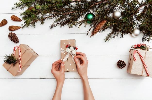 Fond de noël avec des décorations et des coffrets cadeaux sur une planche en bois