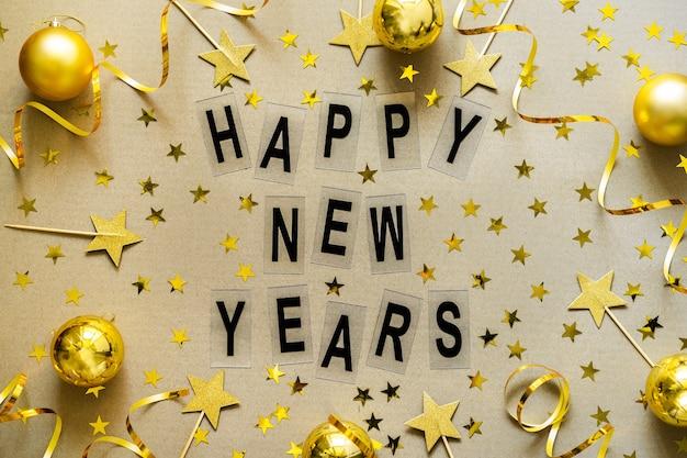 Fond de noël avec des décorations dorées, des boules, des confettis. célébration de vacances de noël, hiver, concept de nouvel an.