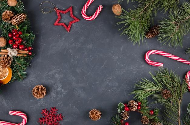 Fond de noël avec des décorations de fête et des cannes de bonbon.