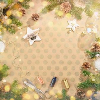 Fond de noël avec des décorations sur papier kraft dans un style rustique. avec des lumières bokeh. flatlay.