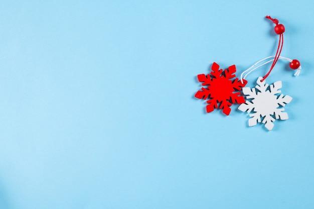 Fond de noël. décorations rouges et blanches sur fond bleu. vue de dessus avec espace de copie. nouvel an platement. noël platement avec des décorations