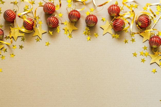 Fond de noël avec des décorations rouges, des boules, des confettis. célébration de vacances de noël, hiver, concept de nouvel an.