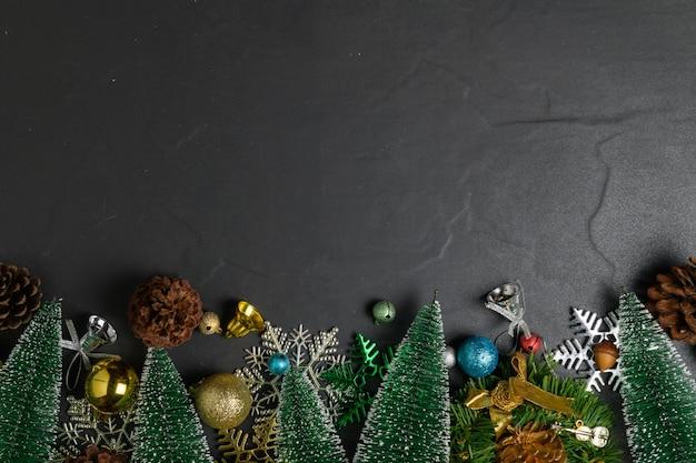 Fond de noël avec des décorations sur table en pierre noire