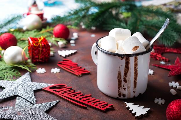 Fond de noël avec du chocolat chaud fait maison,