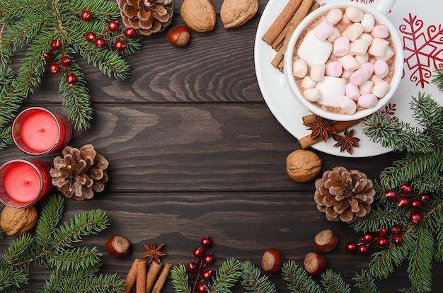 Fond de noël avec du chocolat chaud. vue de dessus, horizontale avec espace de copie.